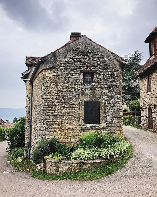 French charm. 🌱🏠🍃 . . #france #burgundy #travel #wanderlust