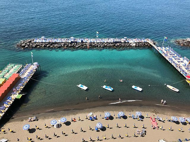 Italians know how to beach. ⛱🌞 . . . #sorrento #italy #beach #travel #wanderlust
