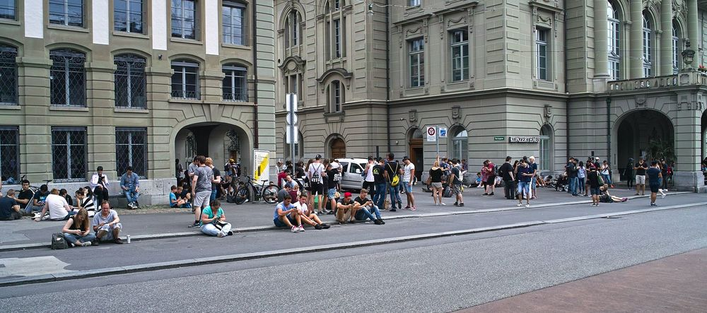 Pokémon Go players crowd a popular Pokestop in Bern near the Kulturcasino. Fred Shaerli/Wikimedia Commons (CC-BY-SA 4.0)