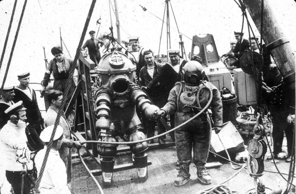 Old diving suits even looked like spacesuits — the human body is a fragile thing. National Undersea Research Program/Wikimedia Commons (public domain)