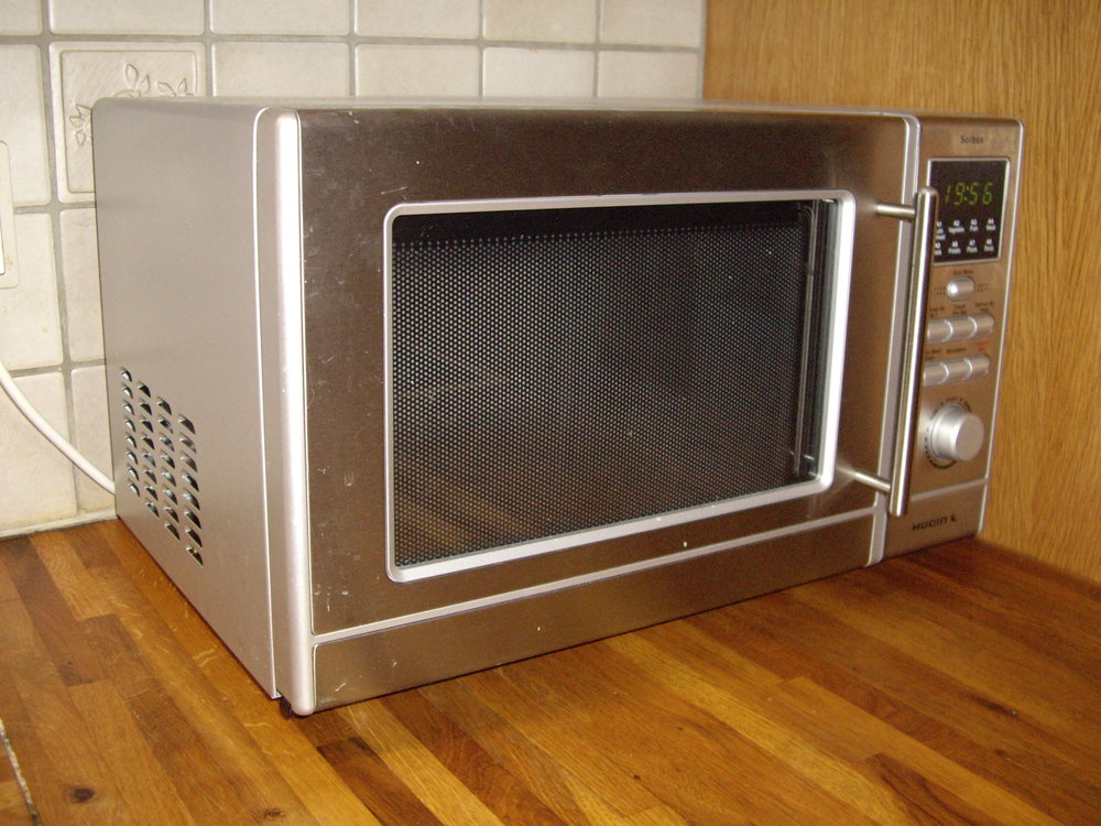 Microwave ovens have come a long way since the 1940s .  Apoltix/Wikimedia Commons  (CC BY-SA 3.0)