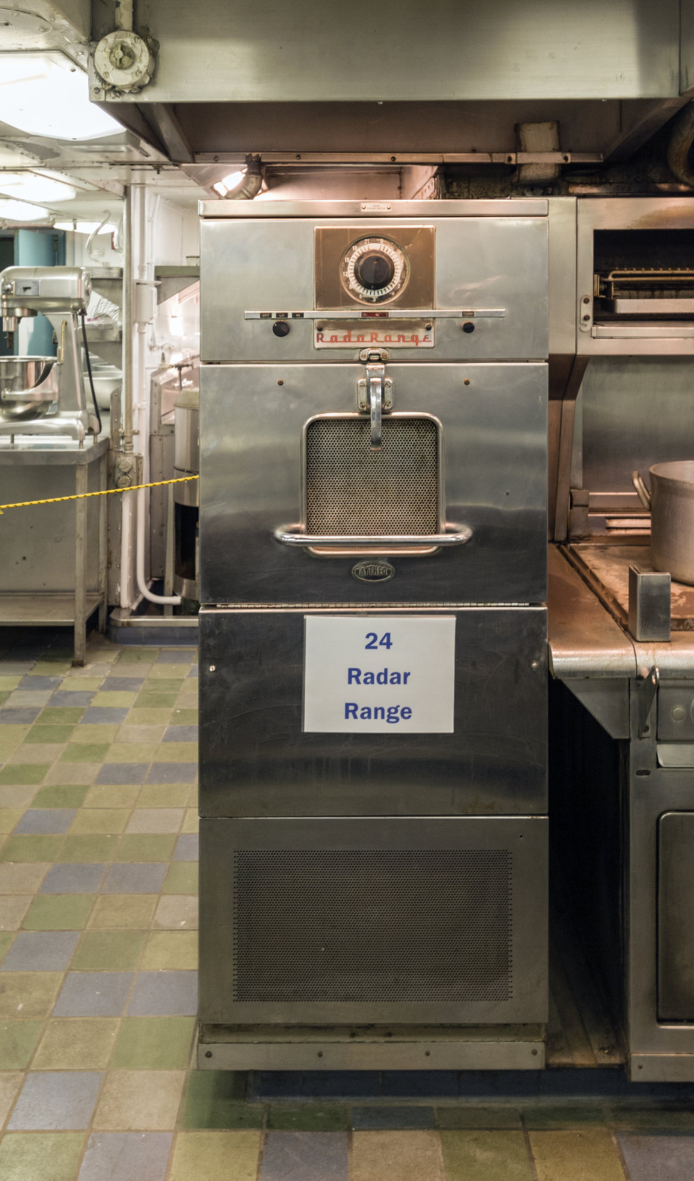A Raytheon microwave oven.  Acroterion/Wikimedia Commons  (CC BY-SA 3.0)