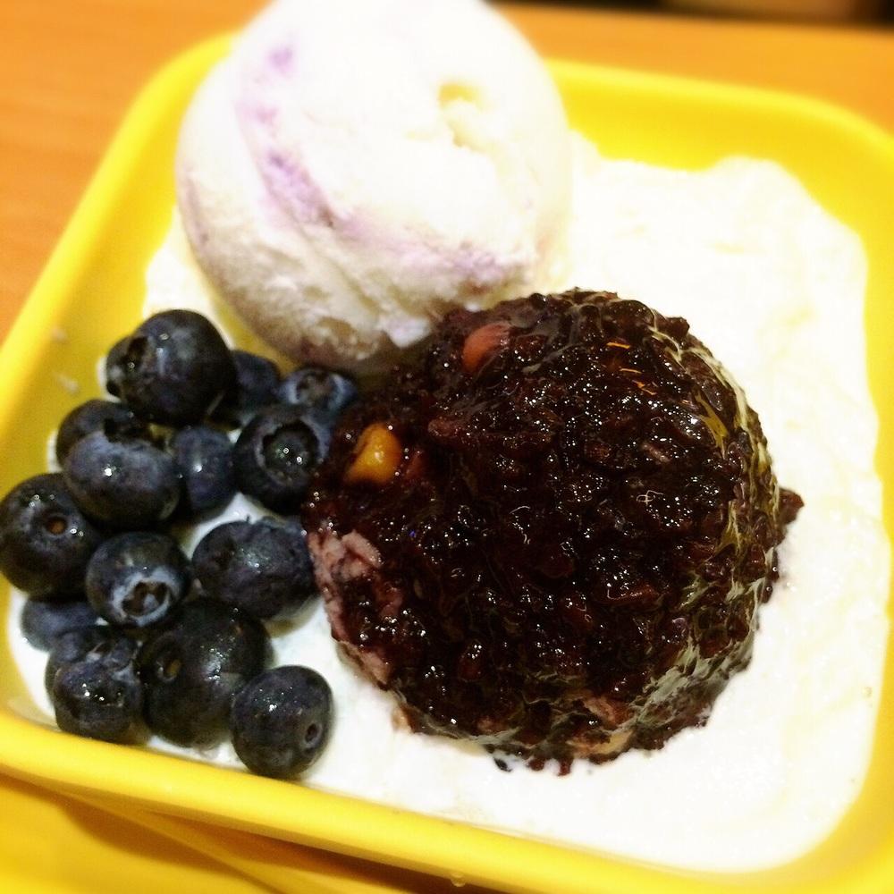雪山蓝莓 Blueberry & Thai Black Glutinous Rice in Vanilla Sauce with Blueberry Ice Cream $6.30