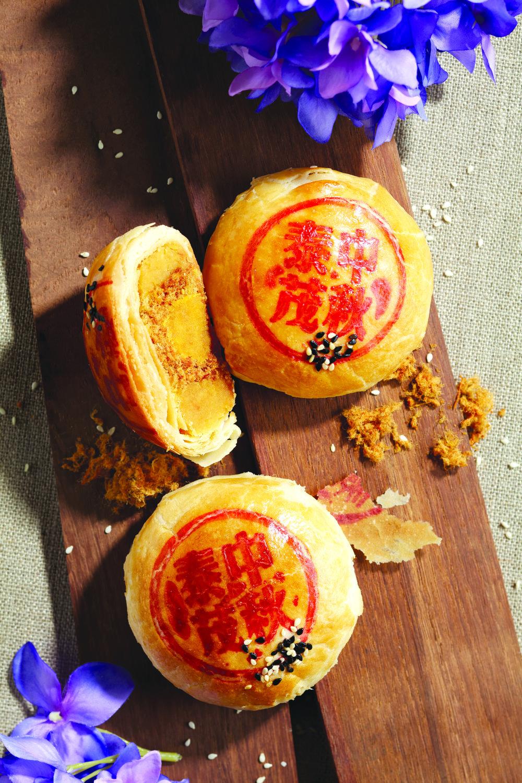 鸳鸯(咸蛋黄) - 为您的中秋节增添点情趣! 由微辣猪肉松、咸豆沙及咸蛋黄制作的鸳鸯月饼会带给您一个全新的味觉享受。经典四粒装 - $29.80