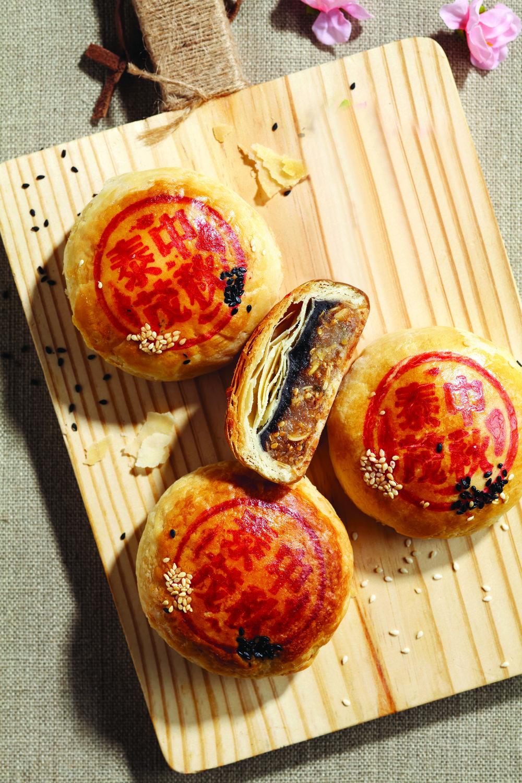 潮州双拼 - 以香甜红豆沙、冬瓜、瓜子、柑橘条、白芝麻和青葱制作的潮州双拼月饼,绝对是饼香人醉的最佳代表。经典四粒装 - $29.80