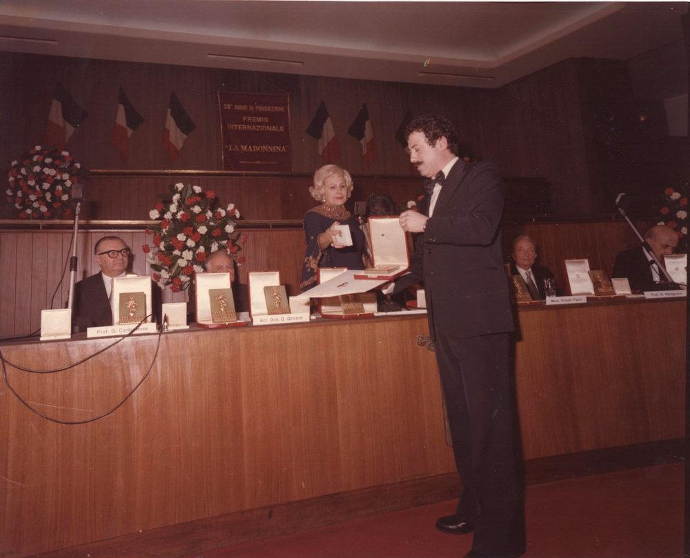 Fernanda Pescanti Botti consegna il premio La Madonnina a Rodolfo Viola.