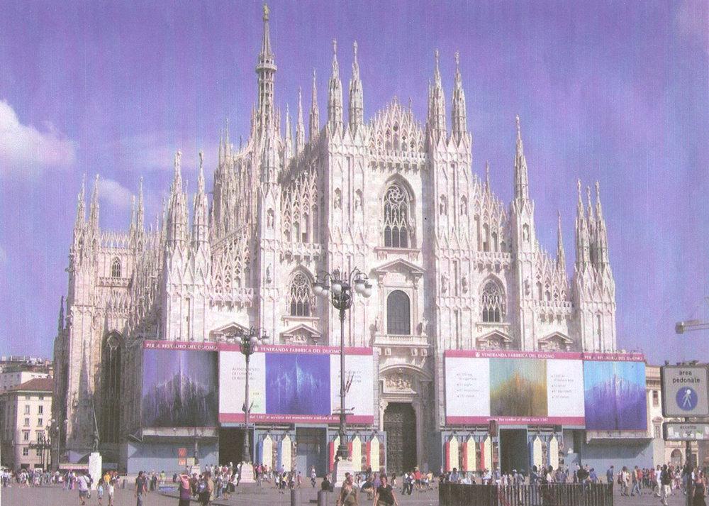 Piazza Duomo allestita con gigantografie di opere di Rodolfo Viola raffiguranti il Duomo di Milano