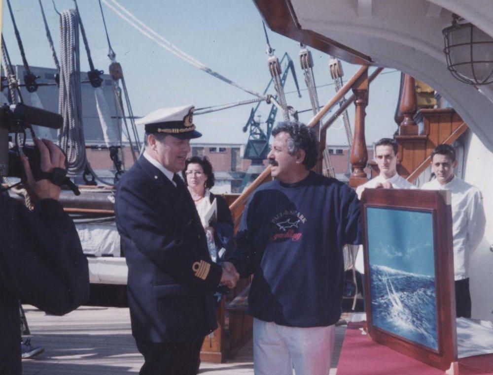 Ammiraglio Straulino riceve dipinto di Rodolfo Viola a bordo del veliero della marina militare Italiana Amerigo Vespucci.