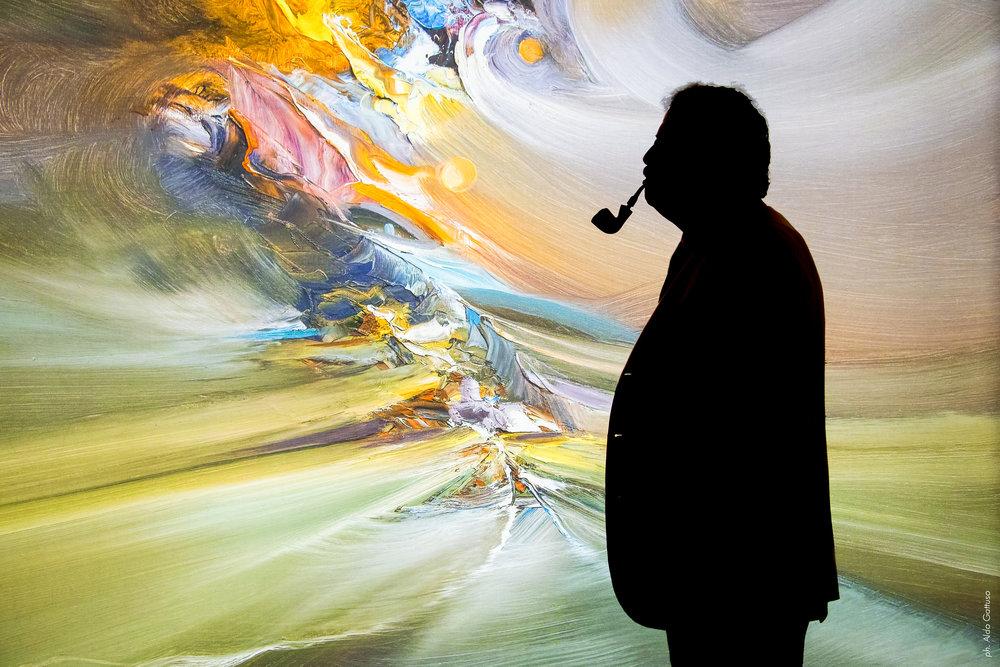 La silhouette di Rodolfo Viola davanti al suo dipinto nella bellissima foto di  Aldo Gattuso