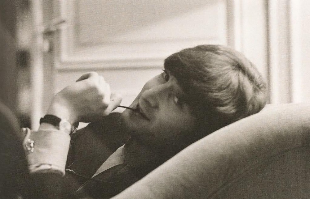 A very relaxed looking John Lennon photographed in 1964.