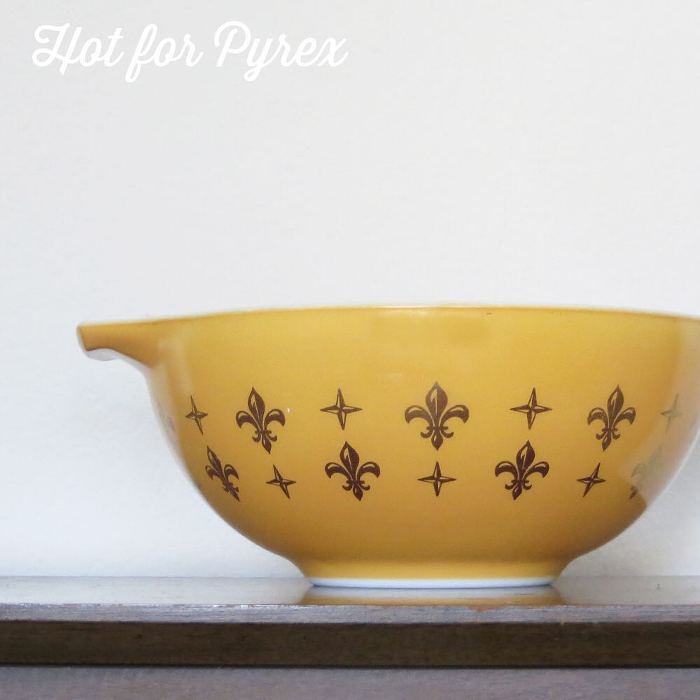 Day 34 of 100 - last but not least is the double row of fleur de lis 443.  #100hfp #hotforpyrex #pyrexaddict #vintagepyrex #rarepyrex #pyrexlove #pyrexpassion #love #vintageglass