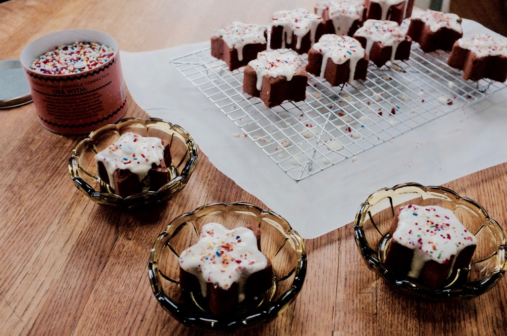 Red Velvet Sparkle Star Mini Cakes - Hill Reeves