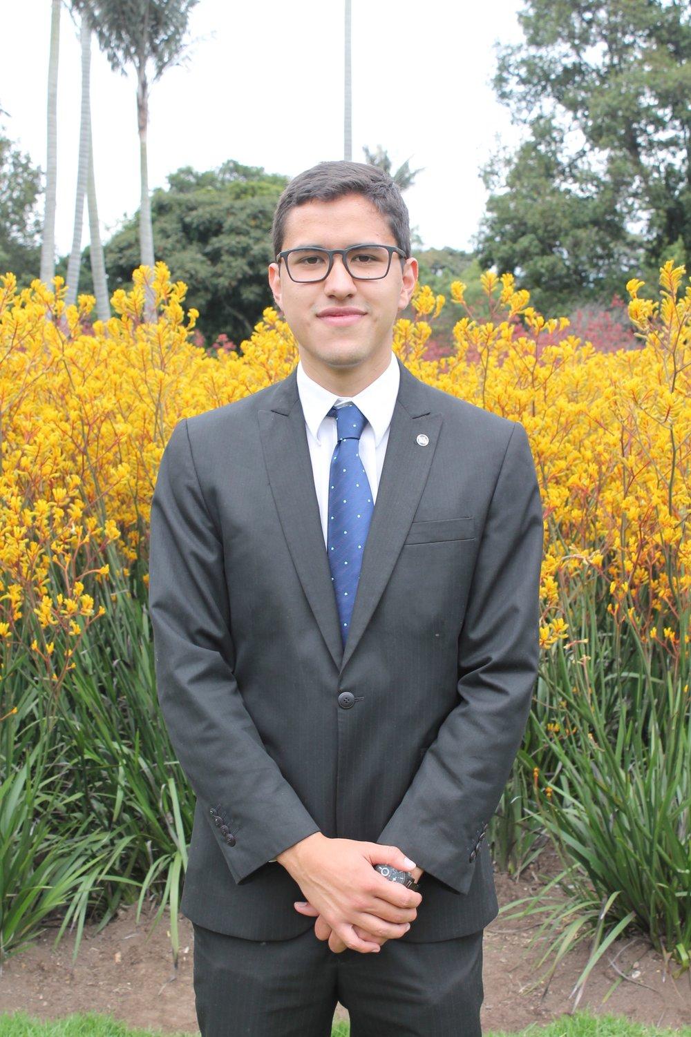 Guido es un tipo muy divertido, buena persona, que le gusta andar por los campos de flores.