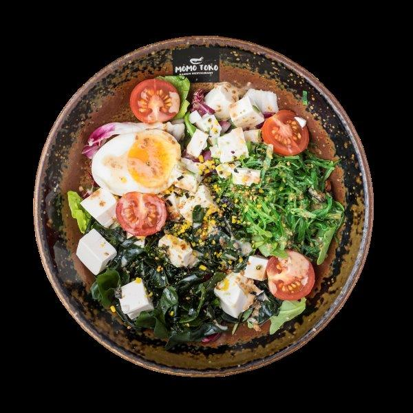 WAKAME TOFU SALAD - 10,50€ - Wakame merilevää, Tofua, Tomaattia, Soijamarinoitu kananmuna, Noritamago ja Goma seesami kastike * (G), (M), (K), (S), (P)