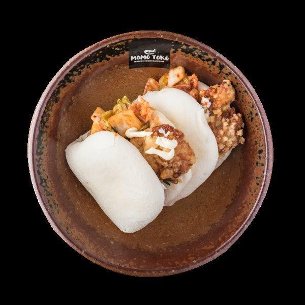 DEEP FRIED CHICKEN BAO - 9,50€ - Vehnä Bao, Friteerattu Kanaa, Kimchi, Sitruuna-Valkosipuli Mayo, Pähkinää, Rucolaa & Ruohosipulia.* (G), (P),