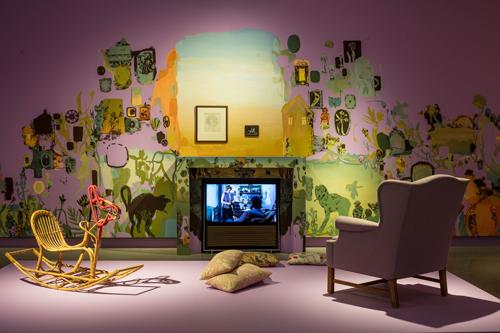"""Pressbild för Bloomsbury Spirit. Foto Jean-Baptiste Béranger. Installationsvy. Väggmålning av Peter Köhler, """"You and Me"""", 2018. 6000×4000 pixlar, RGB"""