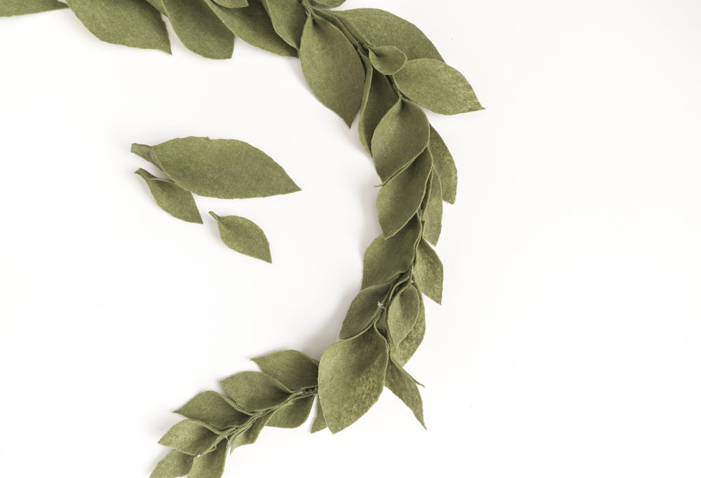 DIY Felt Leaf Garland Tutorial: Creat this beautiful felt leaf garland for your minimalist holiday design. It cost less than $8 to make and take less than 1 hour.