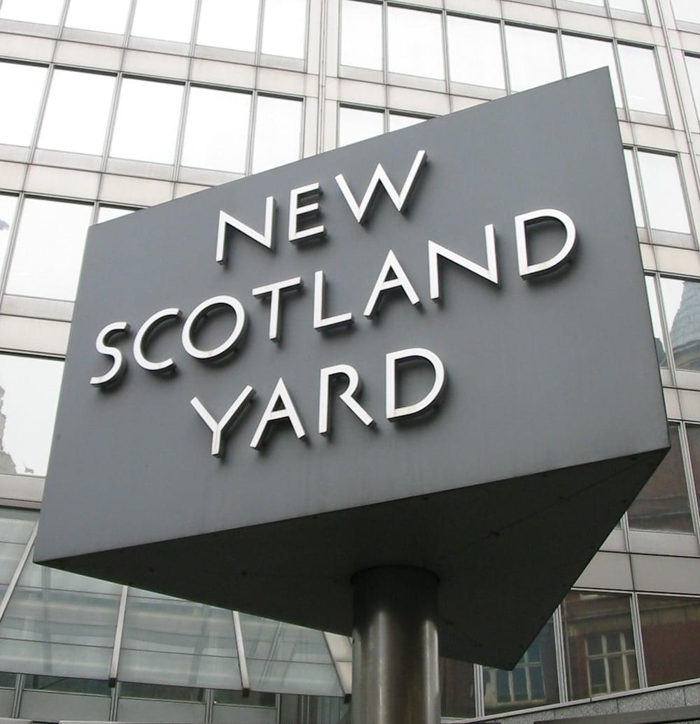 New_Scotland_Yard_sign_3.jpg