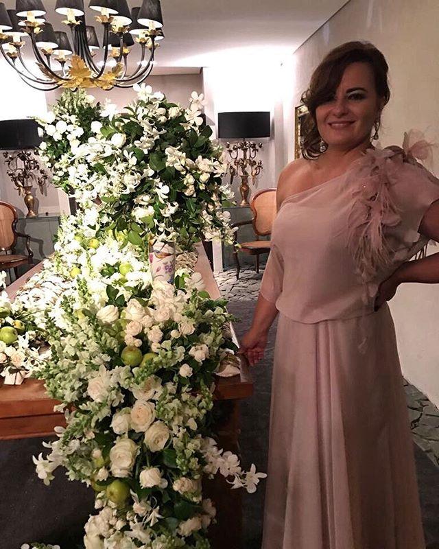 O nude é uma ótima opção para vestidos de festa: elegante, discreto e sofisticado. Somos apaixonadas por este modelo com aplicação floral. ❤️Gostaram?
