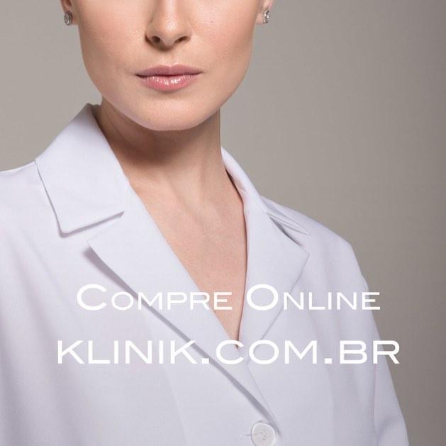 Você não pode deixar de conhecer os #jalecos com #design da estilista Karina Kulig. Eles são confeccionados por alfaiates o que faz toda a diferença no caimento dos nossos produtos. Aproveite a promoção de lançamento do nosso site! www.klinik.com.br