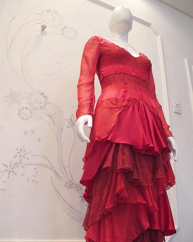 SUPER SALE: Vestido em camadas de seda com renda chantilly. Uma das peças incríveis do nosso bazar. Até 90%OFF. De 26.06 a 01.07.