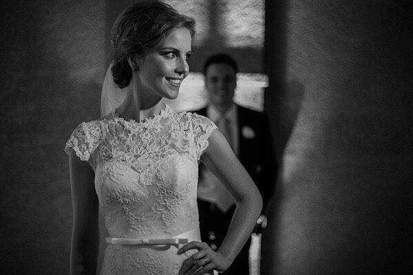 Romântico na medida. Detalhes de mais um vestido inesquecível feito em nosso atelier!  A Renata não estava LINDÍSSIMA?! 📷: @meliessfotografia ❤️ . . . . . . . . #weddingdress #wedding #bride #casamento #vestidodenoiva #vestidos