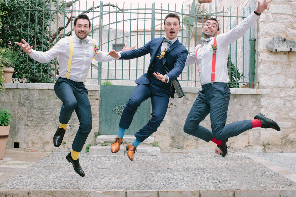 elopement-colorful-©-saya-photography-wedding-photographer-photographe-mariage-saint-paul-vence-rock-my-love-studio-ohlala-french-riviera-groomsmen-groom-suit-sur-mesure-faubourg-saint-sulpice
