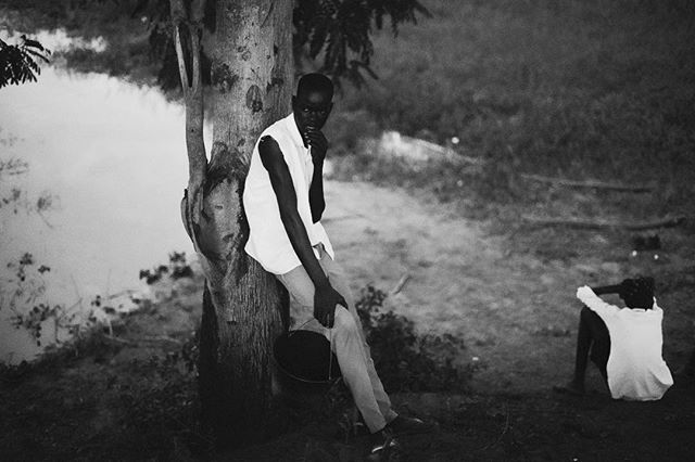 Passing time by the river- #Terkeka #Southsudan #River #nileriver #friends #chatting #bnw #blackandwhite #waiting #africa #everydayafrica #50mm #everydaysouthsudan (c) #charlesatikilomodong