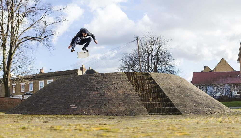 Kyron Davis - kickflip in