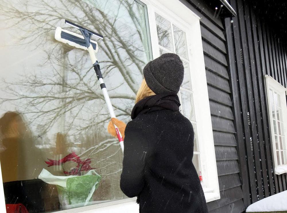 RENT: Ta vindusvasken før det blir altfor kaldt. Det er kjekt med rene ruter til jul. (Foto: Robert Walmann/ifi.no)