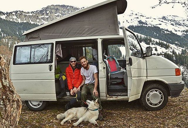 Can we all just grab a van, a dog and travel the world? @van_malamute_adventures giving us SERIOUS #RelationshipGoals! #campingwithlove #adventurecouple #campingwithdogs