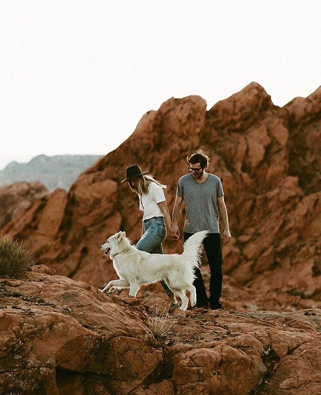 When you explore the red rocks with your two best friends. —— { 📸: @katchsilva } . . . . . #campingwithlove #campingforcouples #adventurecouple #campingwithdogs #enagagementphotography #adventurephotographer