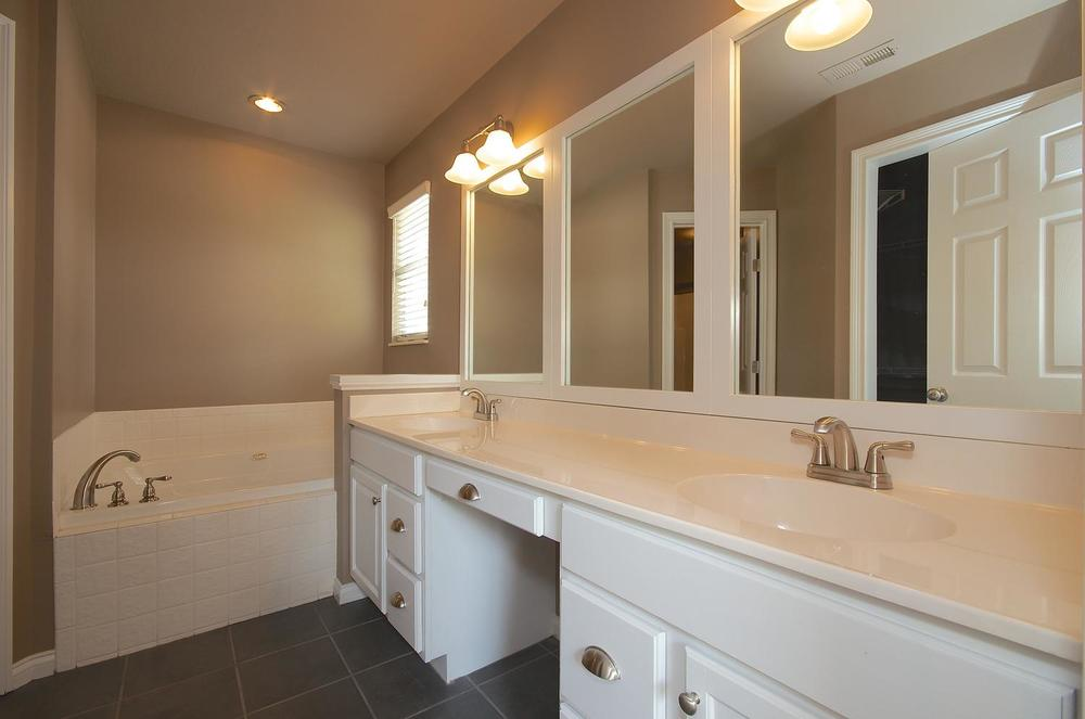 2707 Bakertown Rd Knoxville TN-large-031-Master Bath-1500x994-72dpi.jpg