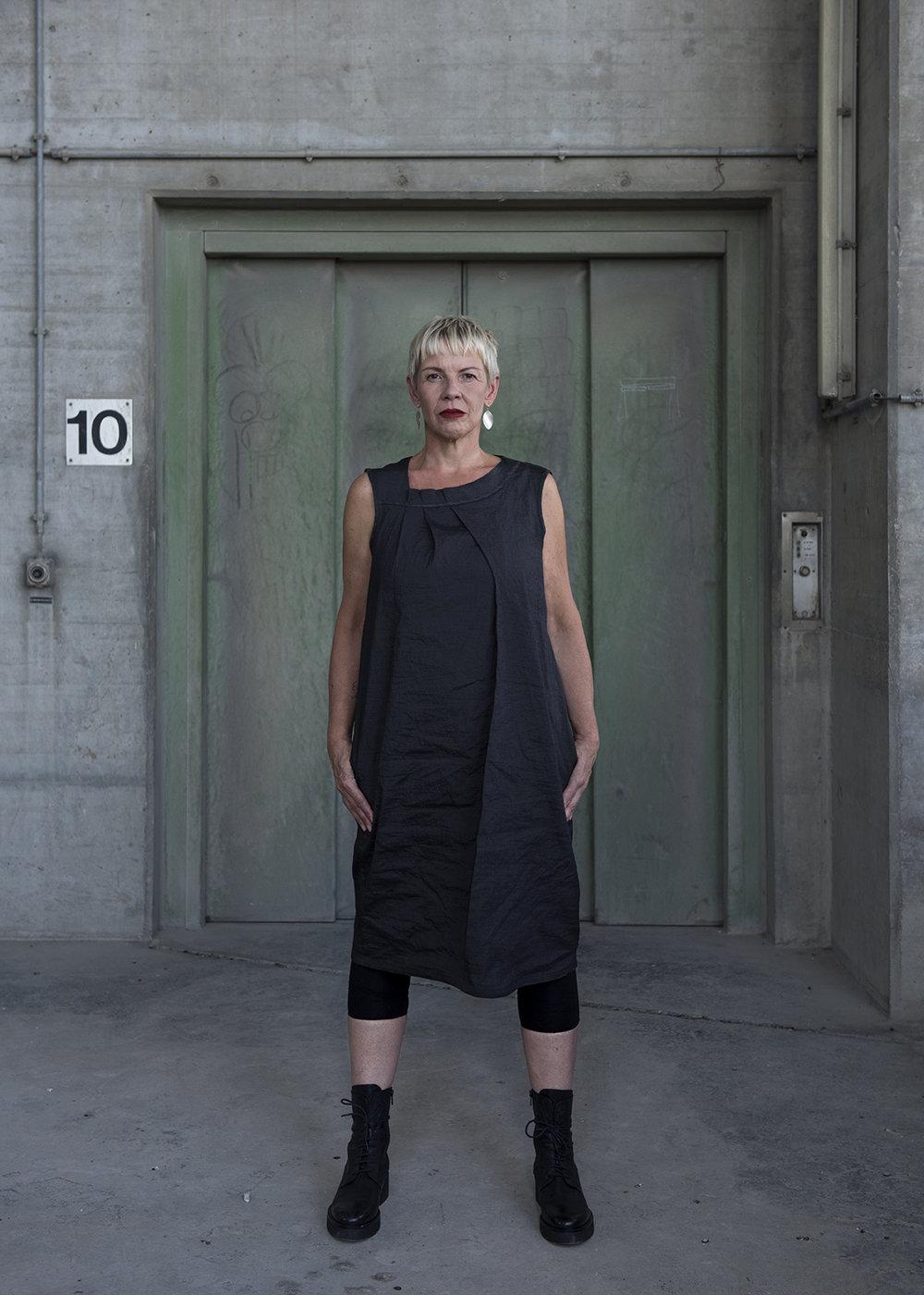 Kleid MOND:  Wadenlanges Kleid, ärmellos mit raffiniertem Faltenausschnitt, schwarz metallic. CHF 420.-