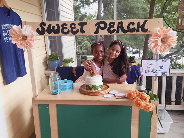 Sydney and I were at the sweet peach stand during the whole party yesterday, hosted by @sweetpeachblog 🍑