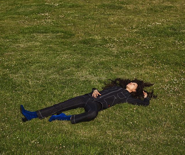 Beautiful Besa🌱 Shot by @kiahartelius styling by me @livkragh hair @ayoeness make-up @dausell model @besatafari #fashion #summer #greengrass #denim #blueboots #style #fashionstylist