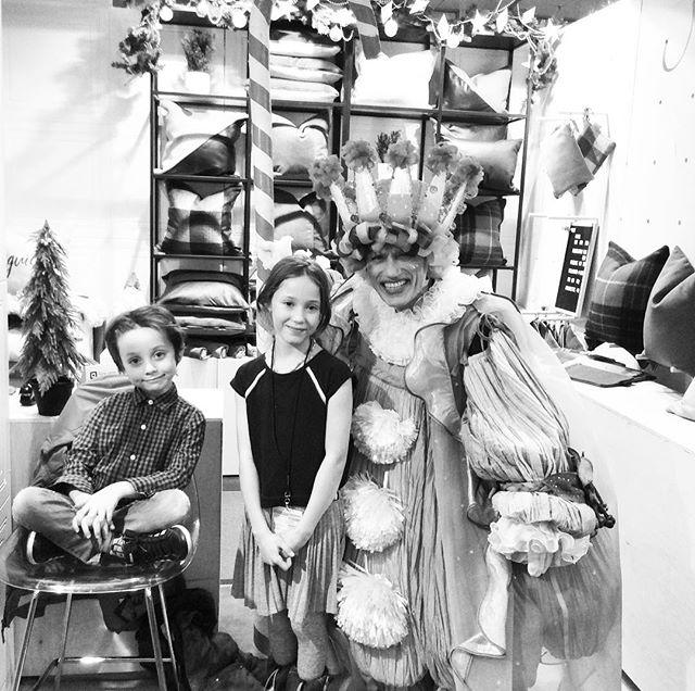 Deux fans du roi bonbon de casse-noisettes dans mon kiosque, surtout une ballerine #roibonbon #marchecassenoisette #marchemontreal #marchecassenoisette2017 #cadeauartisanal #marchenoel #boutiquemay