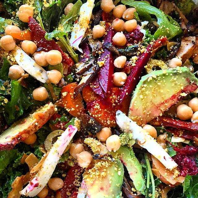 #Rainbow Power Salad featuring @cheezehoundinc #herbedmutzerella #mixednutparmesean #sundriedtomatoes #chickpea #arugala #kale #avocado #beets #shitakebaconbits #greenolives #coconutbacon #carrot #eatyourgreens #cashewmylifestyle #plantbased #plantpower #cheezehound 🌈🍭💚🍃