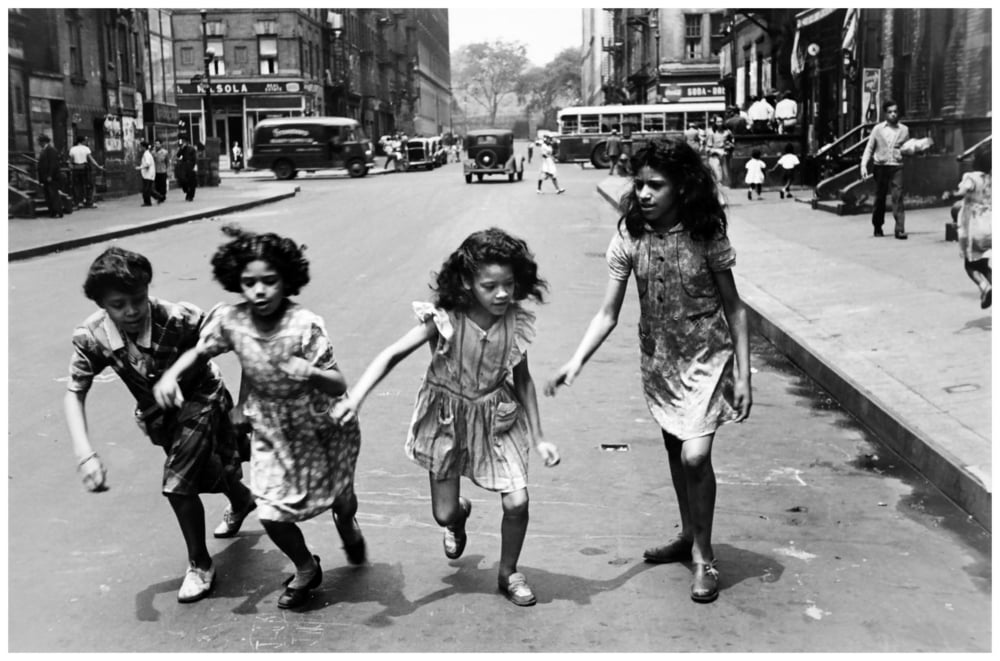 helen-levitt-ny-four-girls-running-in-street-1950.jpg
