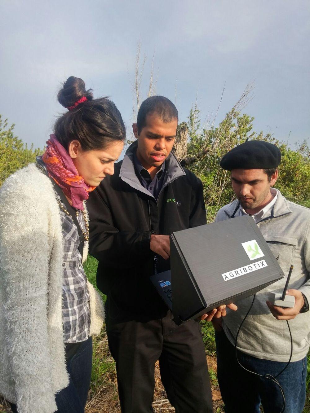 Nuestros ingenieros especialistas de Agribotix LatAm, monitoreando el vuelo del dron