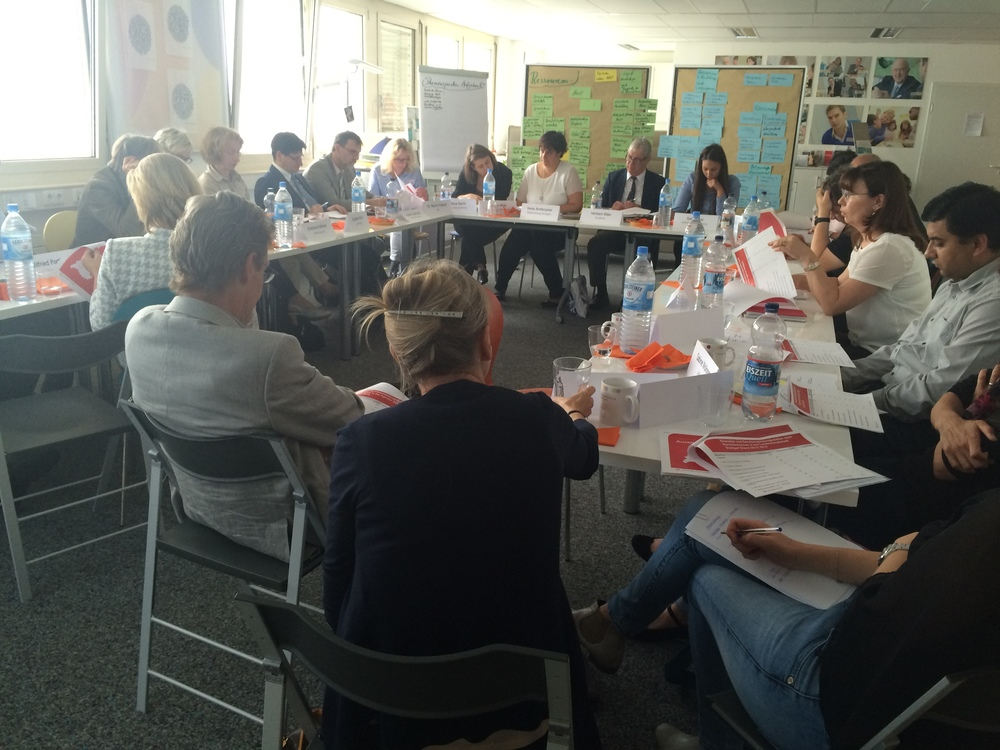 Teilnehmer beim Auftakt des Runden Tisches Flüchtlinge und Ausbildung am 30. Juli 2015 in der Bürgerstiftung Stuttgart