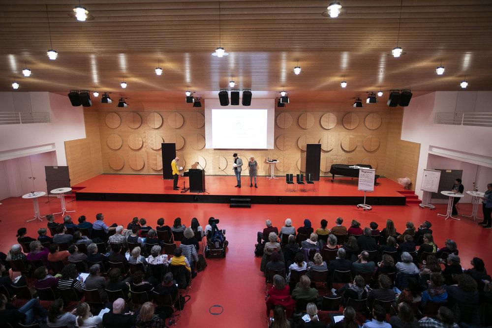 """Der Werkzeugkoffer """"MachWerk"""" wird spielerisch von den Schauspielern Karlo Müller und Sonja Kromer von DialogTheater e.V. präsentiert.  (Foto: Frederik Laux)"""