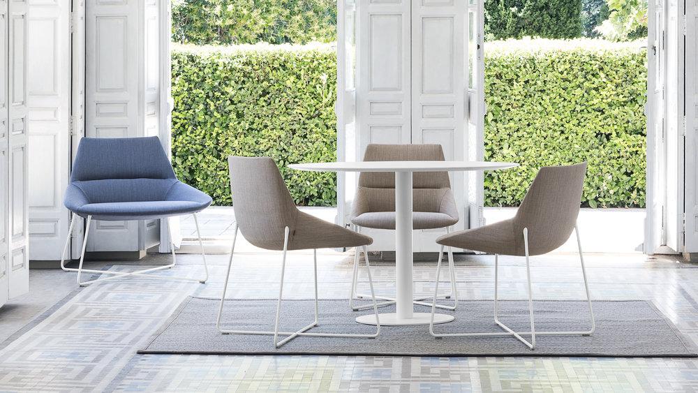 Duna-tuolit ja Flat-pöytä