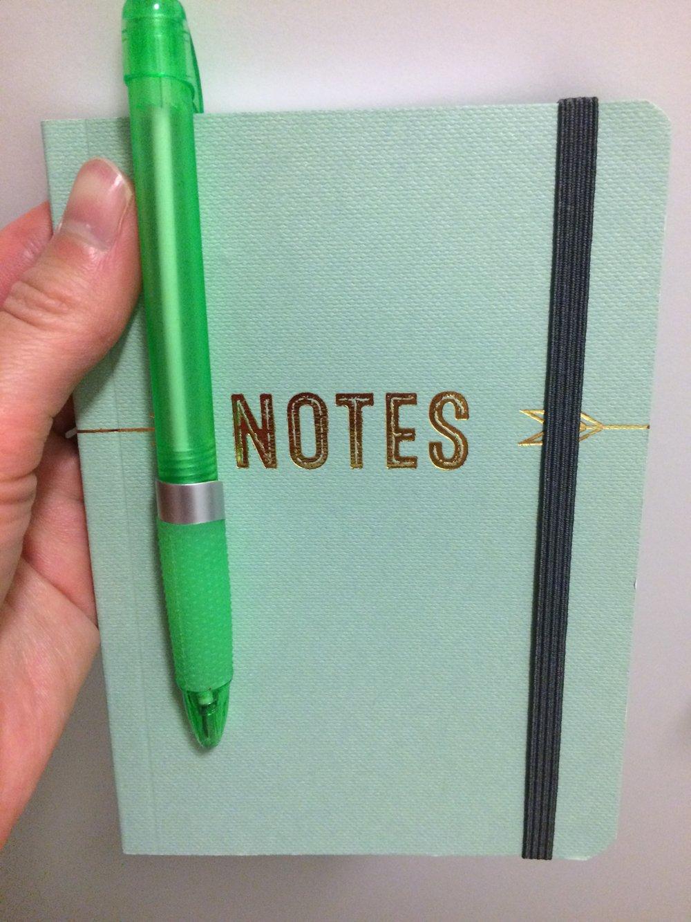 Tuomas ehdotti, että pitäisin pientä muistikirjaa aina idiksistä, etteivät ne pääse unohtumaan matkan varrella, joten ostin vihkon sitä varten.