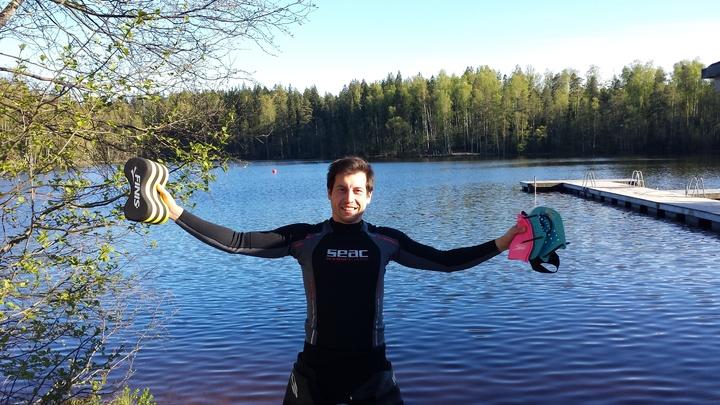Kuva on Mikasta treenaamassa vuonna 2015 lumien sulamisten jälkeen Kuusijärvellä Vantaalla. Vesi oli 13 asteista.