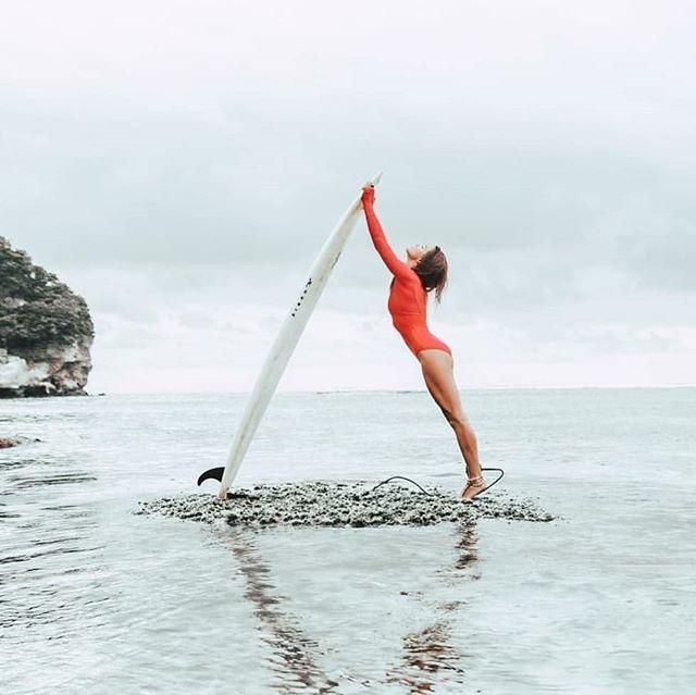 Morning Rituals 🌊☀@sunsurfstay . . . . . . 📷 @kenparrk_st #binginbeach #bingin #bali #surfing #beach #model #travel #ocean #water #beauty #cool