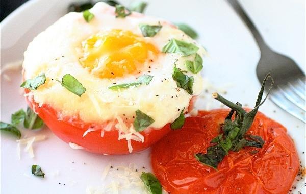 tomate com queijo e ovos