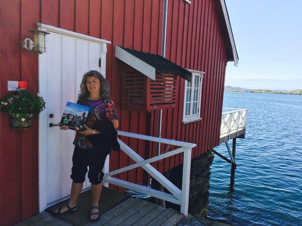 Roan Sjøcamping wird von Inger Lise Eian betrieben. Die Familie Eian wohnt seit mehreren Generationen in Hongsand und IngerLise ist gut mit der Geschichte vertraut.  Ich freue mich auf Ihren Besuch und stehe Ihnen mit Rat und Tat zur Seite.