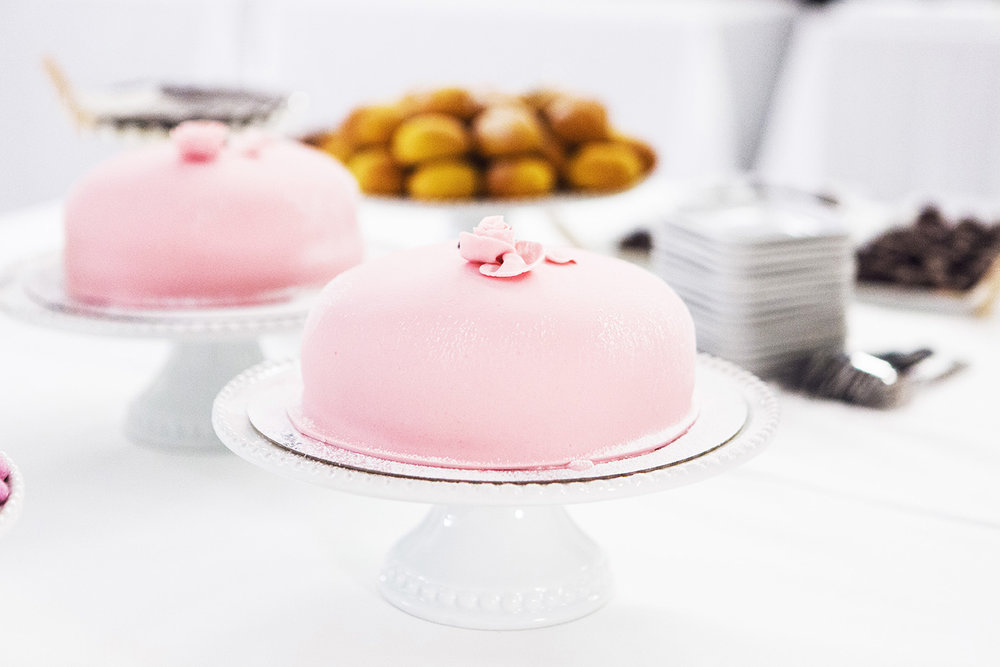 Prinsesstårta - ljus botten, vaniljkräm, grädde, marsipan 8 bitars 400 kronor 12 bitars 475 kronor