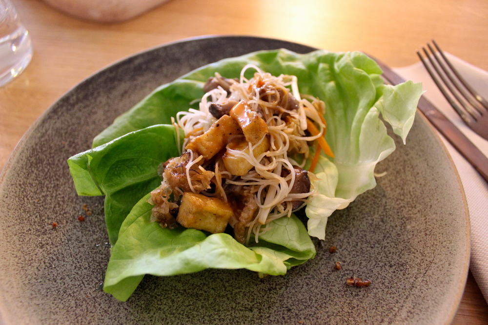 San Choy Bao with tofu and mushrooms, lettuce, vegetables and noodles topped with Korean sauce - San Choy Bao con tofu y champiñones, verduras, fideos y salsa coreana